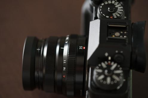 Original screw-in type lens hood.